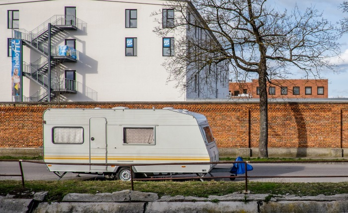 Caravan geparkeerd op de openbare weg