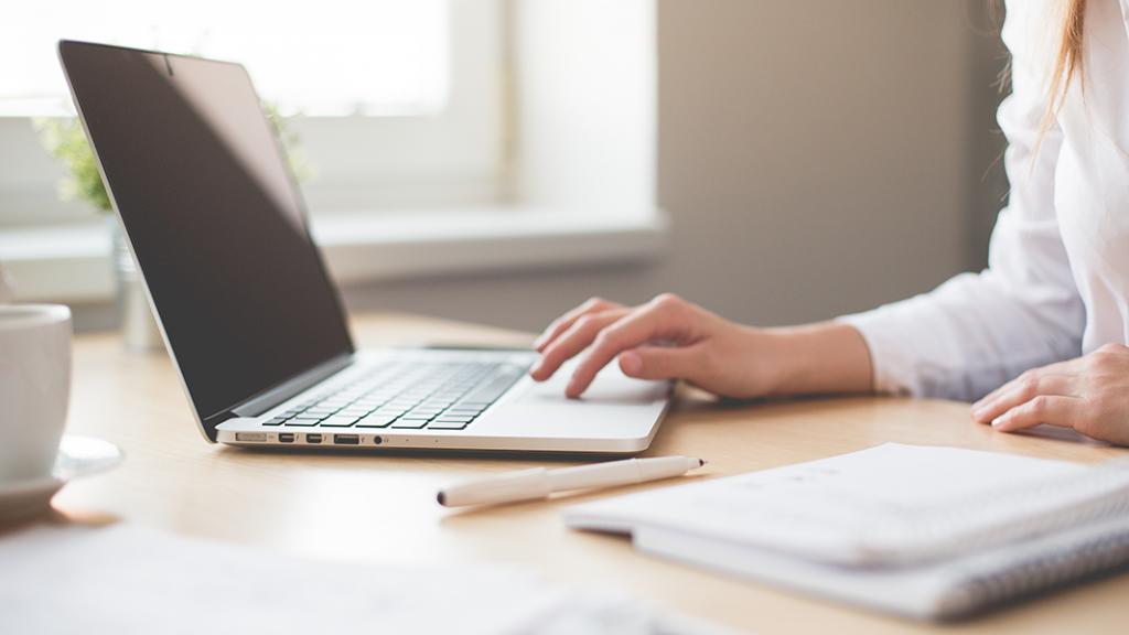 laptop en notitieblok op een bureau