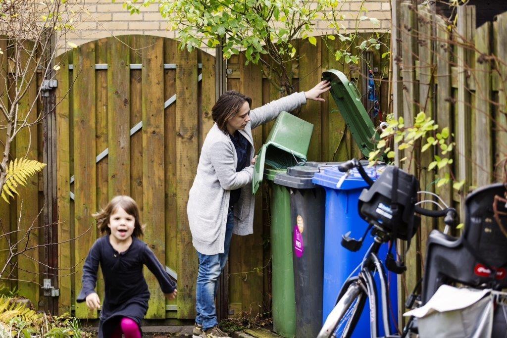 Moeder en kind bij kliko's in de tuin
