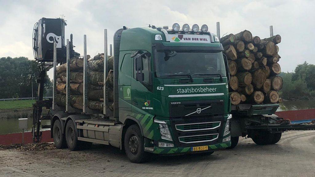 vrachtwagen van staatsbosbeheer met boomstammen