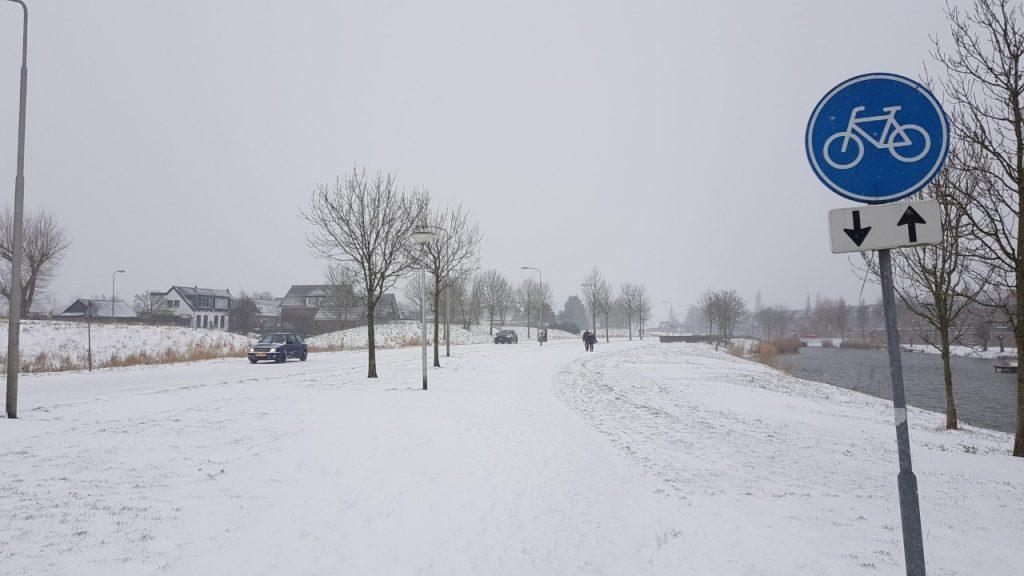 Auto's op besneeuwde weg