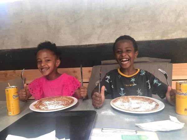 kinderen die pannenkoek eten