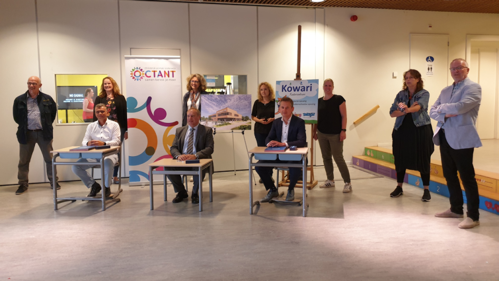 Onder toeziend oog van de nieuwe gebruikers werd de overeenkomst ondertekend door wethouder Hennevanger, de heren Kok en Nieuwenhuizen van Middelwatering Bouw en de heer Van Vliet van Brandsen installatietechniek.